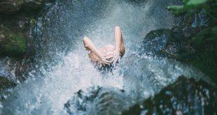 Jaką wodą najlepiej myć włosy? Ciepłą czy zimną?