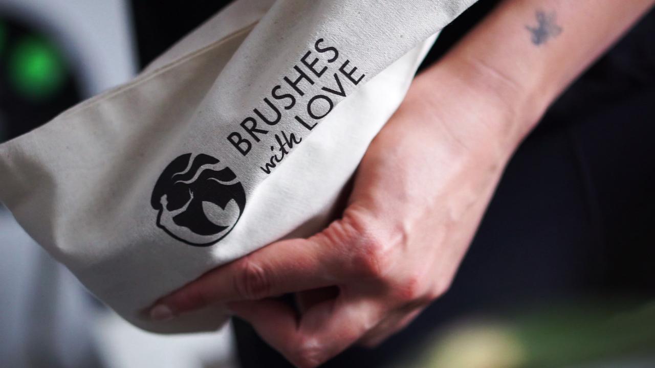 Jak dbać o szczotki z naturalnego włosia? 🐗 Brushes With Love