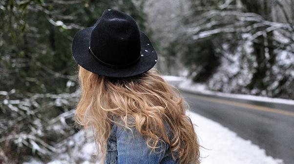 jak stylizować kręcone włosy
